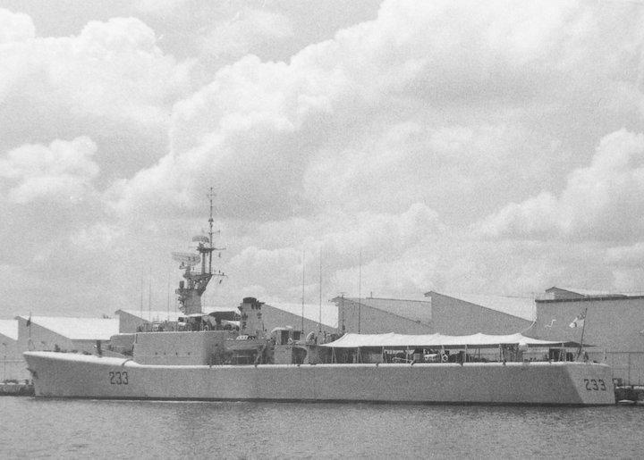 HMCS Fraser DDE 233 at Singapore 1964