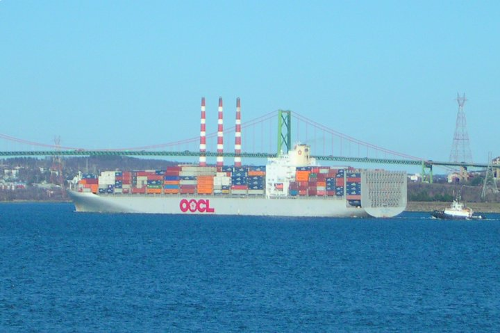 Picture of OOCL Chicago and tug Atlantic Oak