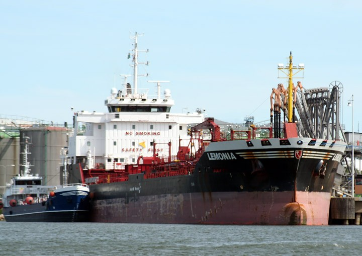 Lemonia and bunkering tanker Tell
