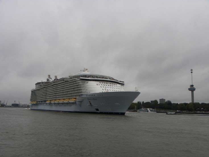 Oasis of the Seas for the first time in Rotterdam.