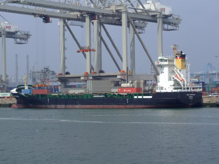 Container ship Vega Stockholm loading